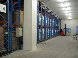 Mobile storage facilities for storage of palletized goods in a refrigerating plant.